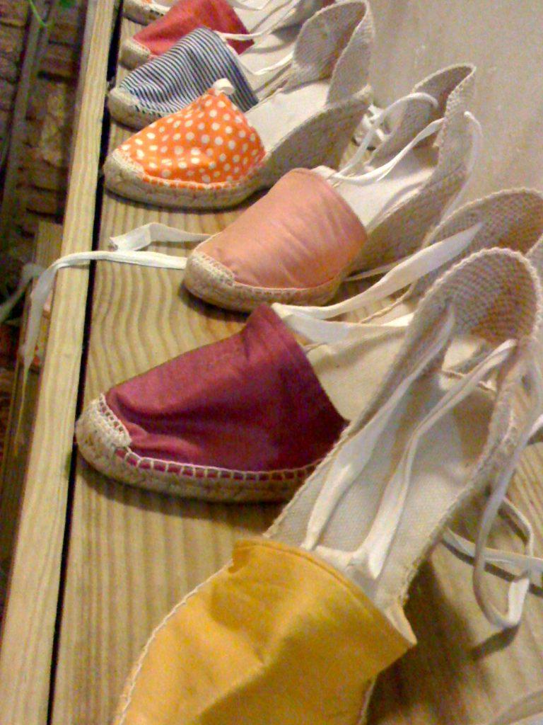 La Alpargatería: moda, arte y tapas. Variados colores.