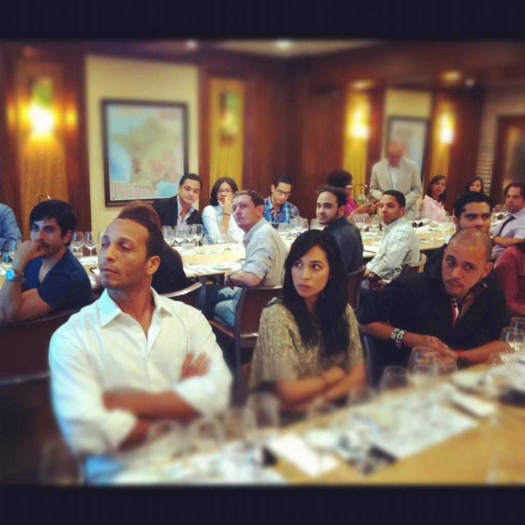 Gastronomía y redes sociales, noche de aprender a catar vinos con tres de nuestros sentidos: vista, olfato y gusto.