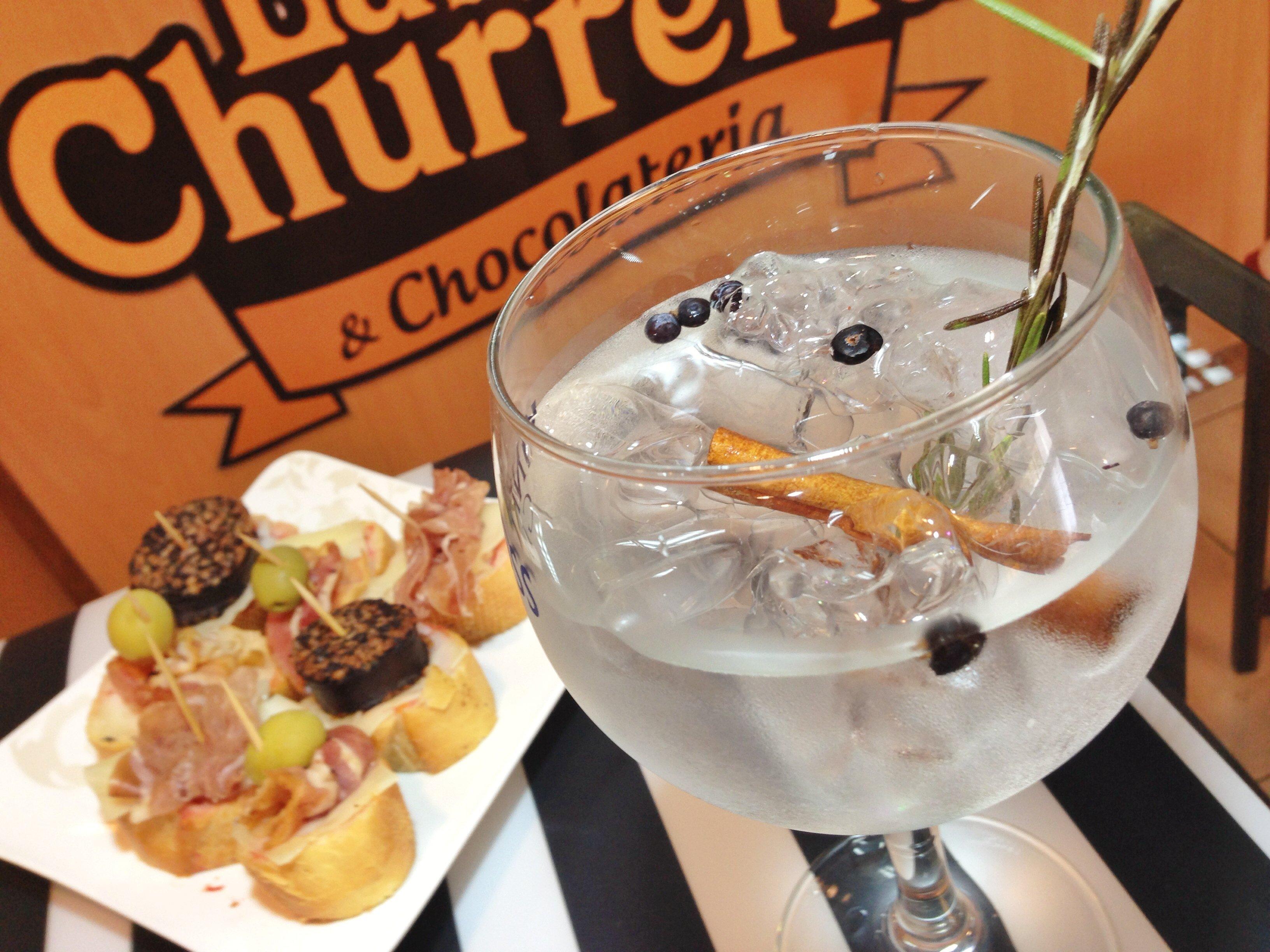 Gin Tonic acompañados de tapas varias. Disponible todo el día.