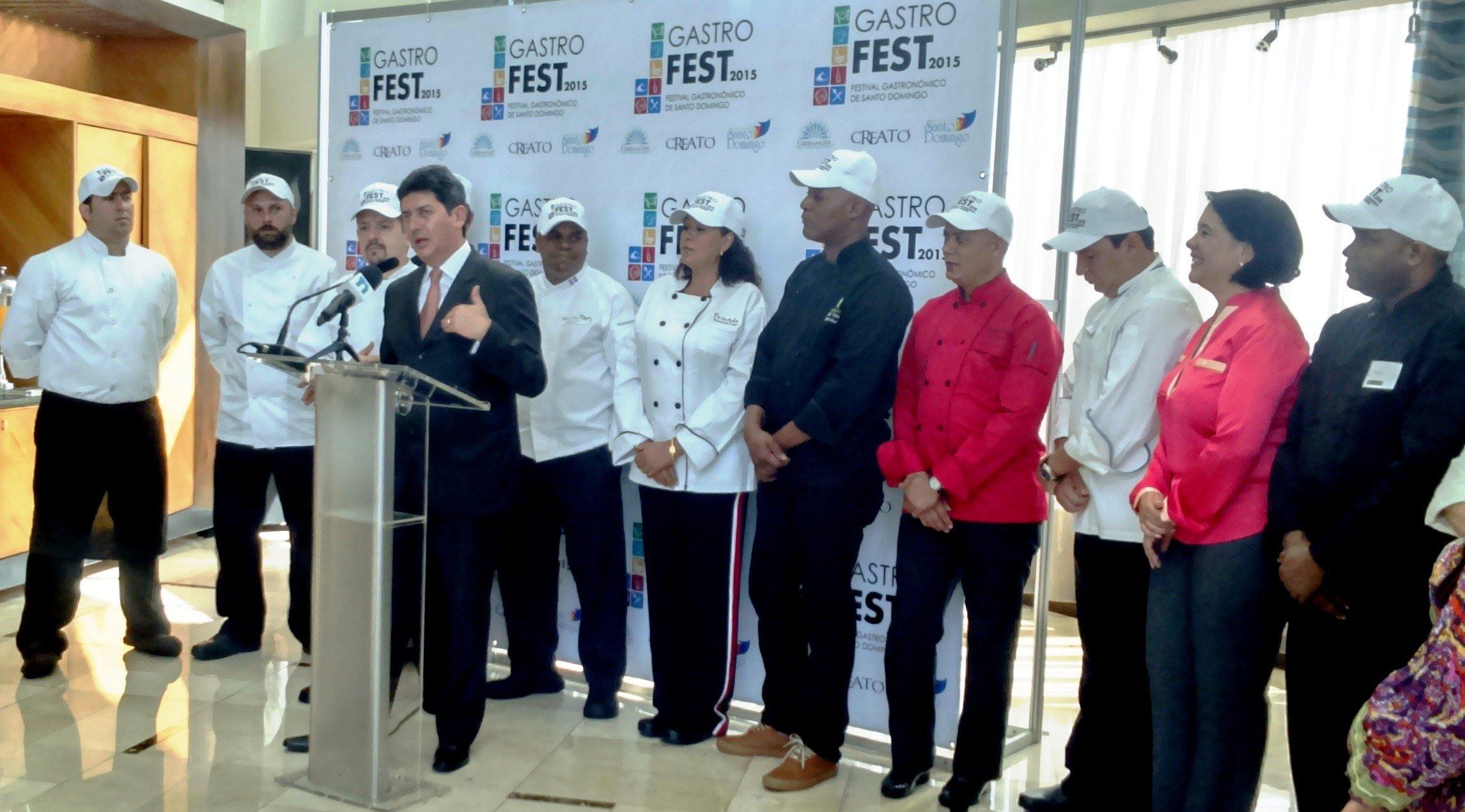 Arvey Benavides junto a los chefs particpantes