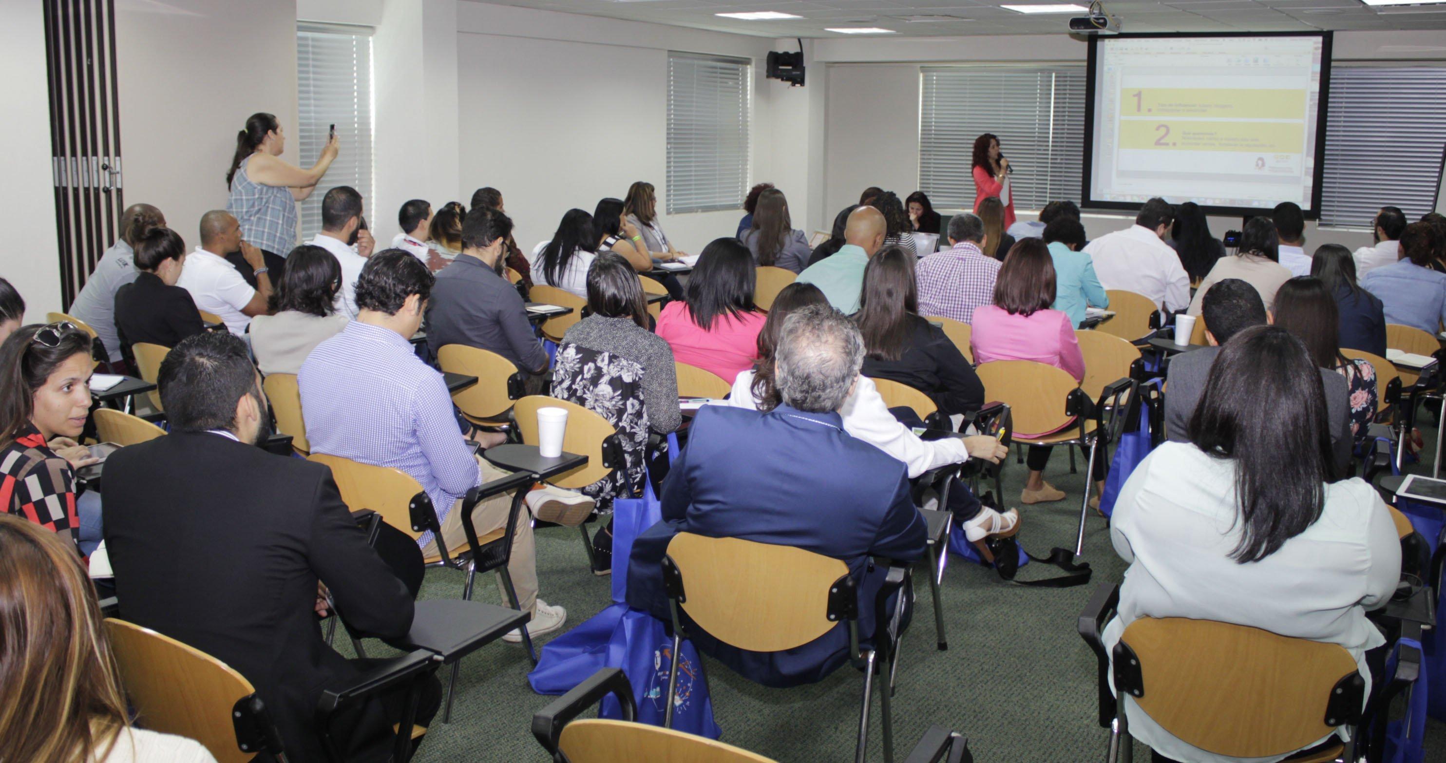 Elaine Hernández en taller de Marketing gastronómico, Tycsocial 2015