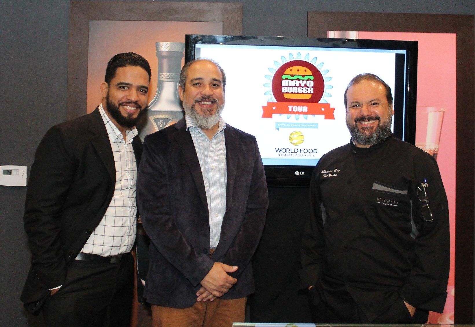 Equipo organizador (Manuel Méndez, Miguel Mejías y el chef Leandro Díaz). Mayo Burger Tour y los foodies a favor de la gastronomía dominicana