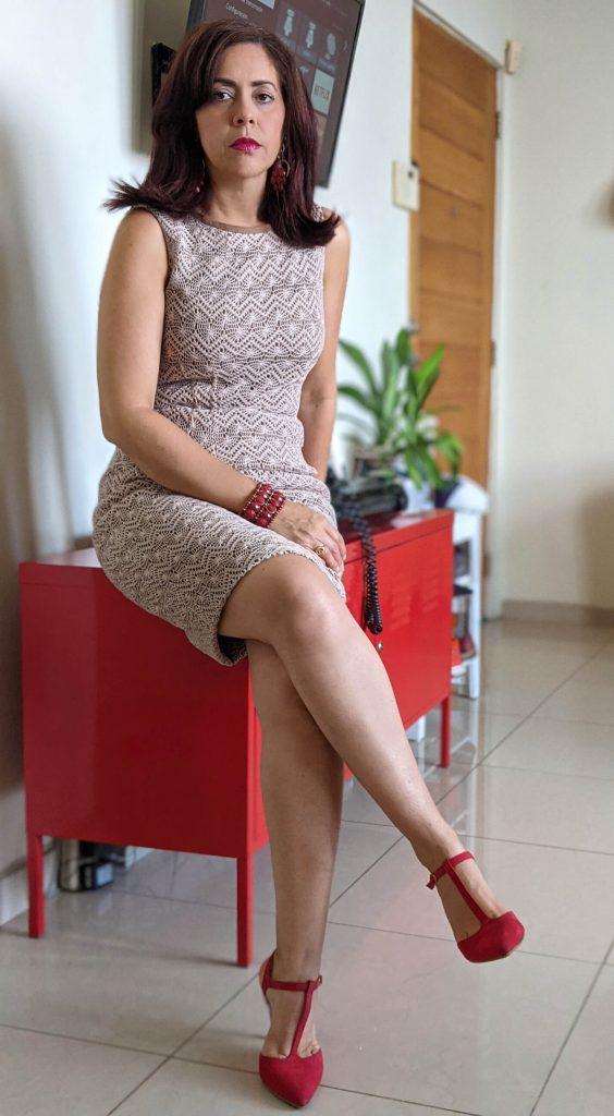 Elaine Hernández modela vestido crema