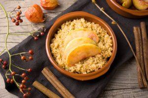 Desayuno delicioso de quinoa, avena Quaker y canela.