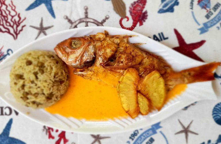 Moro de guandules, pescado con coco bañados en salsa de chinola