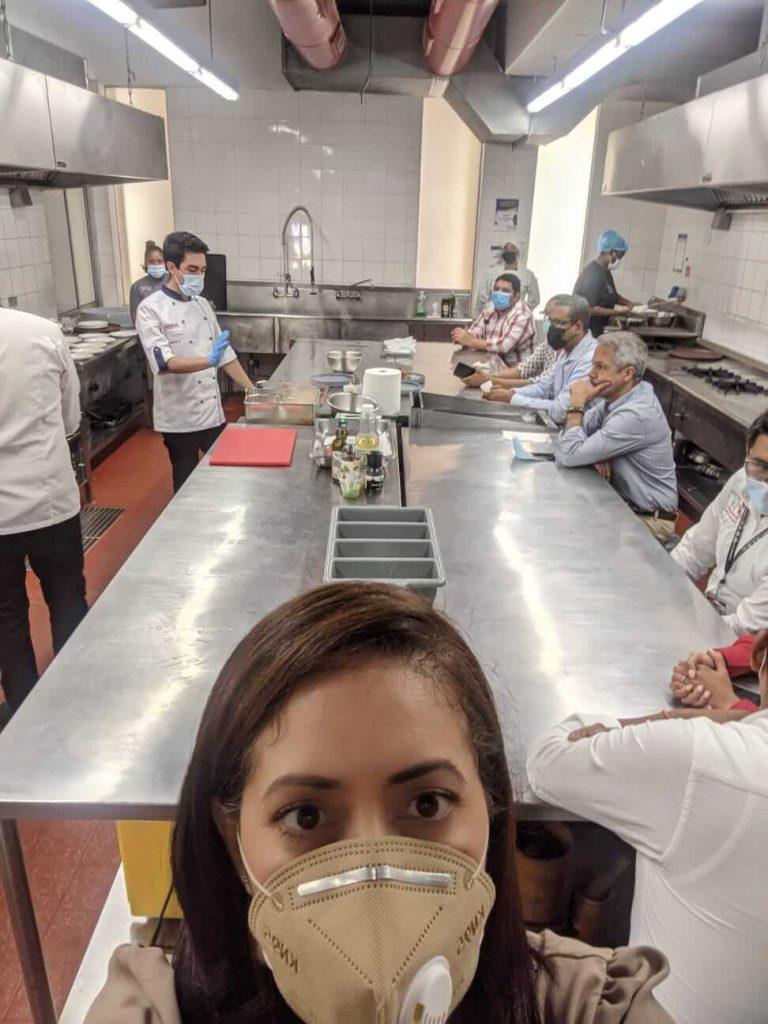 Elaine Hernandez en la cocina de la PUCMM
